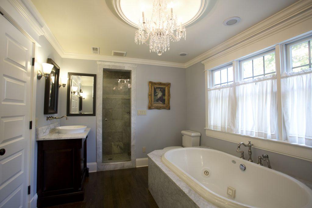 Nice bathroom with bathtub