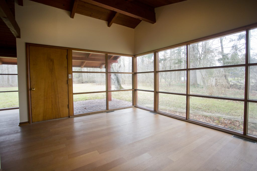 Spacious room with outside view