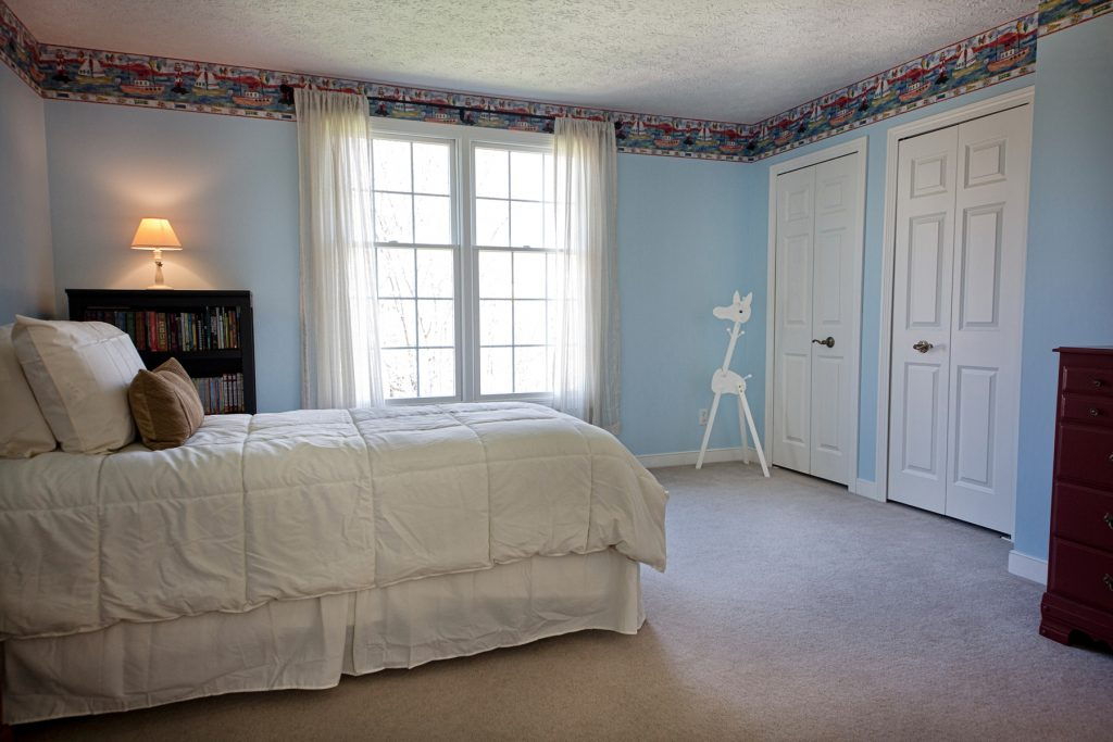 Bedroom with white windown and bed and mini bookshelf